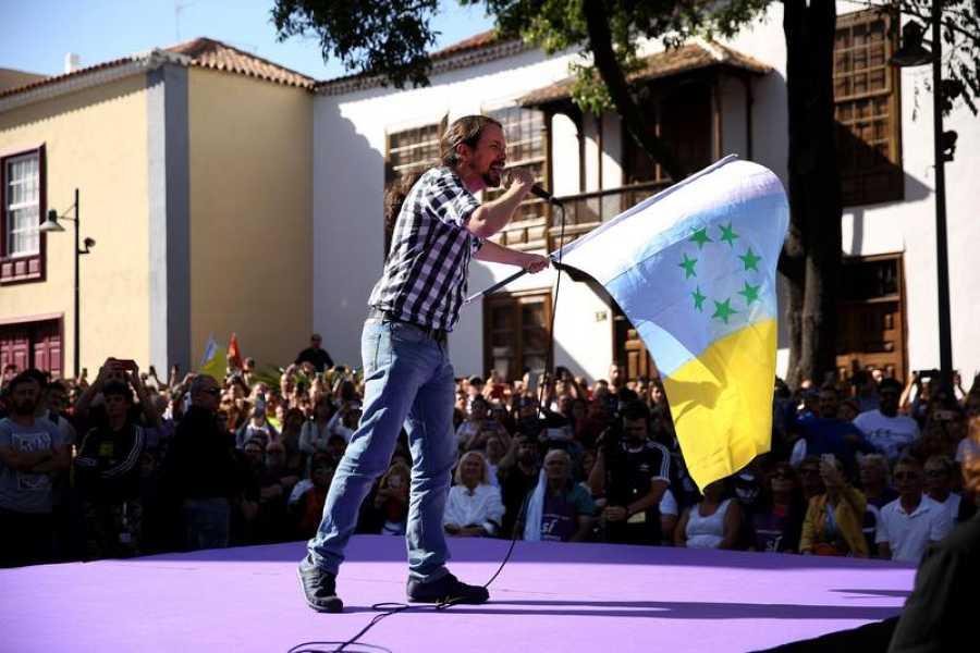 El lider de Podemos, Pablo Iglesias, cierra la campaña electoral en La Laguna, donde ondeala bandera canaria de las 7 estrellas verdes