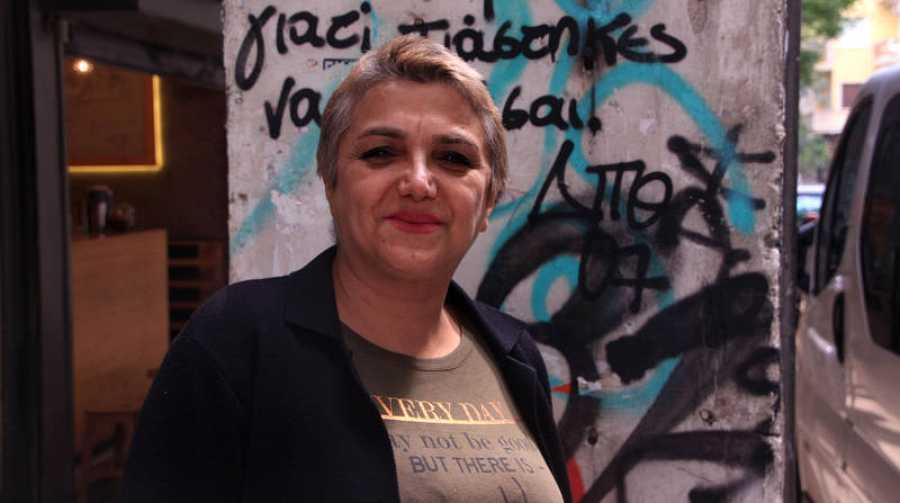 Masia en la entrada del 'squat' en el que vive en Atenas