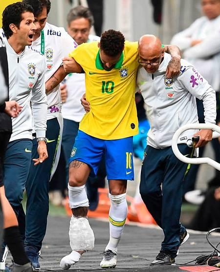 Neymar abandona el campo tras la lesión en el tobillo derecho en un amistoso frente a Catar. Foto: Evaristo Sa/Afp
