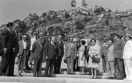 El presidente filipino, Diosdado Macapagal y su esposa visitan el Valle de los Caídos en 1962.