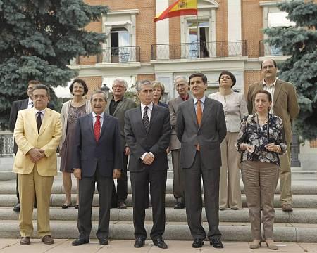 Ramón Jáuregui, ministro de la Presidencia en 2011, junto al grupo de expertos la Comisión para el futuro del Valle de los Caídos.
