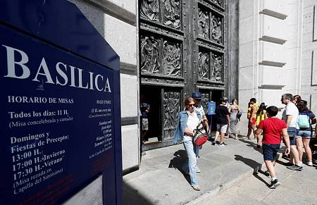 Un grupo de personas hacen cola para entrar en la basílica del Valle de los Caídos.
