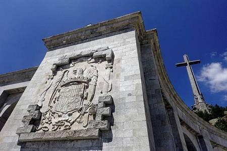 Un escudo preconstitucional en una de las fachadas del complejo del Valle de los Caídos.