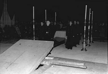 Traslado de los restos de José Antonio Primo de Rivera un día antes de la inauguración del Valle de los Caídos en 1959.