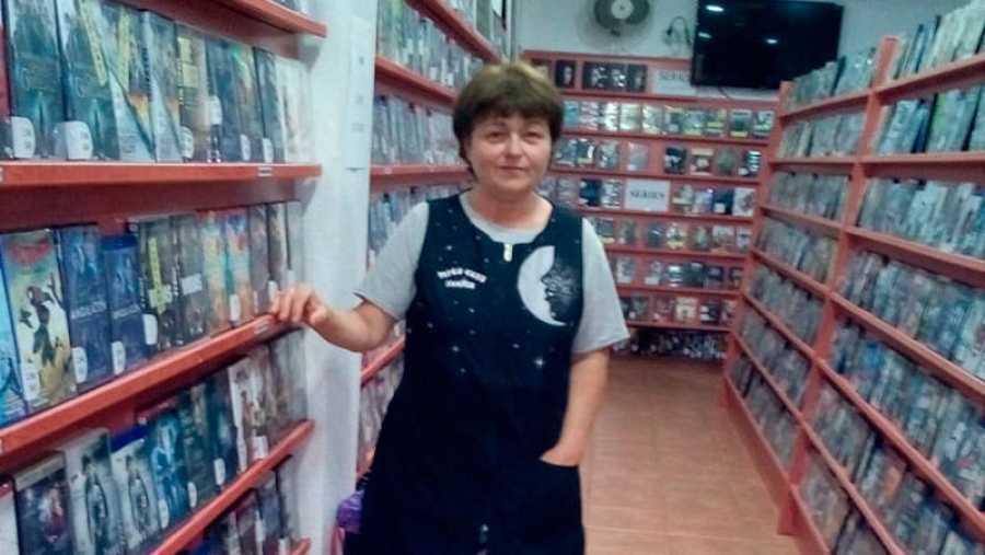 Teresa en el videoclub Samper, situado en la calle mayor, 119, de Pilar de la Horadada, Alicante