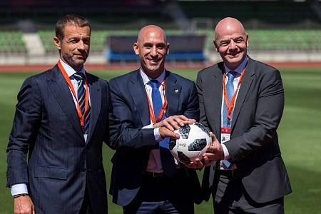 El presidente de la Real Federación Española de Fútbol (RFEF), Luis Rubiales (c), el presidente de la FIFA, Gianni Infantino (c), y el presidente de UEFA, Aleksander Ceferin, en la Ciudad del Fútbol