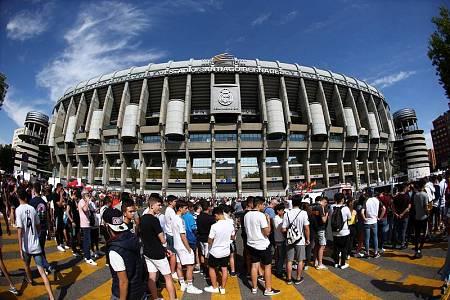 Colas para la presentación de Hazard en el Bernabéu.