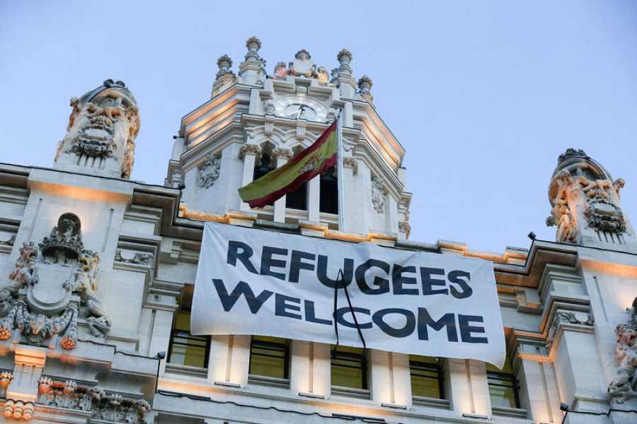 Pancarta en el Ayuntamiento de Madrid a favor de la acogida de refugiados