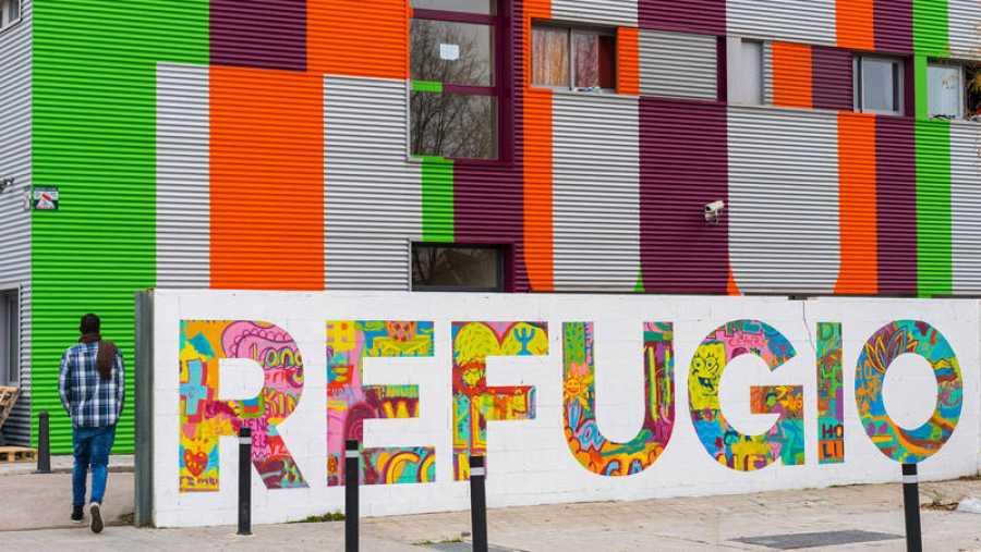 Solicitante de asilo entrando al Centro de Acogida Juan José Rodríguez Ugarte de CEAR en Getafe. © José Sancho.