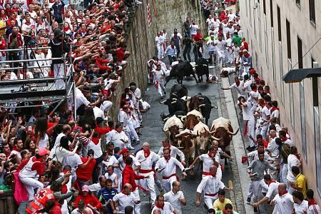 Encierro de Sanfermines a su paso por la cuesta de Santo Domingo