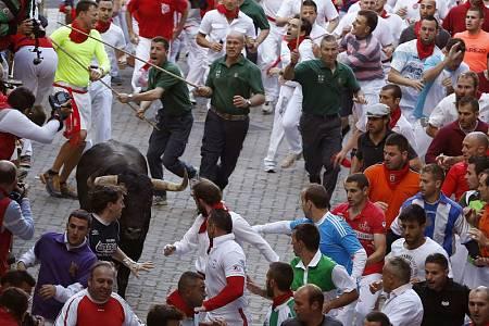 Los pastores conducen a un toro en los Sanfermines