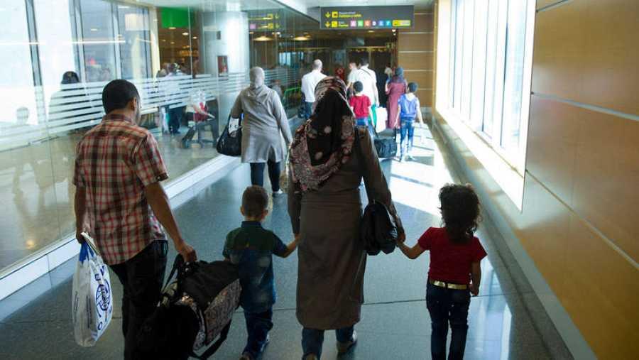 Llegada de una familia de refugiados libaneses al aeropuerto de Madrid en 2016.