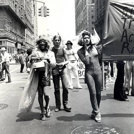 Marsha P. Johnson (izq.) y Sylvia Rivera (dcha.) marchanpor las calles de Nueva York en el Orgullo de 1973.