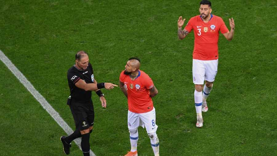 Jugadores chilenos protestan al árbitro