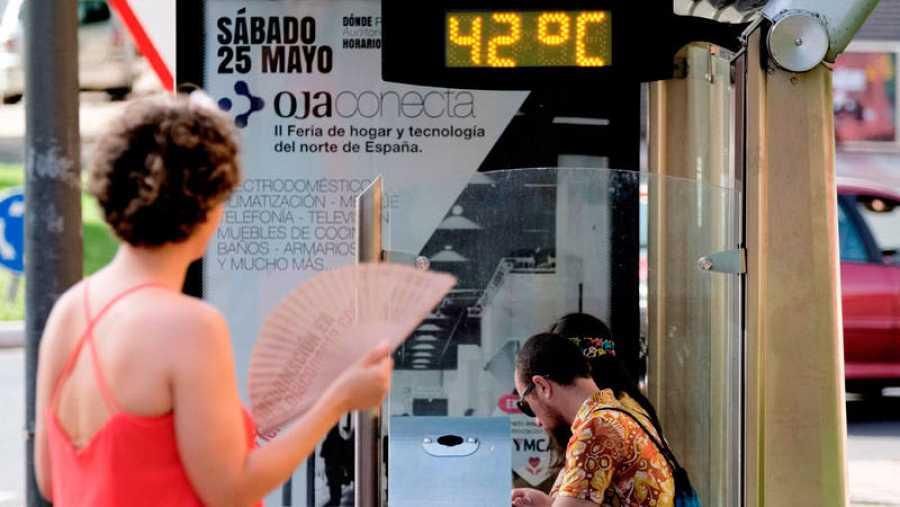 En la imagen un termómetro de una parada de transporte público en Logroño.