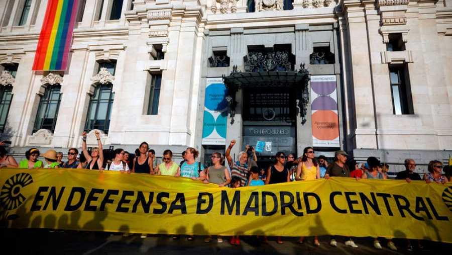 Vista general de la manifestación este sábado desde la plaza de Callao a Cibeles, convocada por la Plataforma en Defensa de Madrid Central.