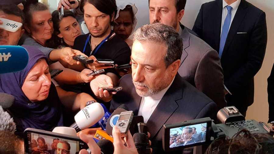 El viceministro de Exteriores iraní y negociador nuclear, Abas Araqchi, rodeado de periodistas