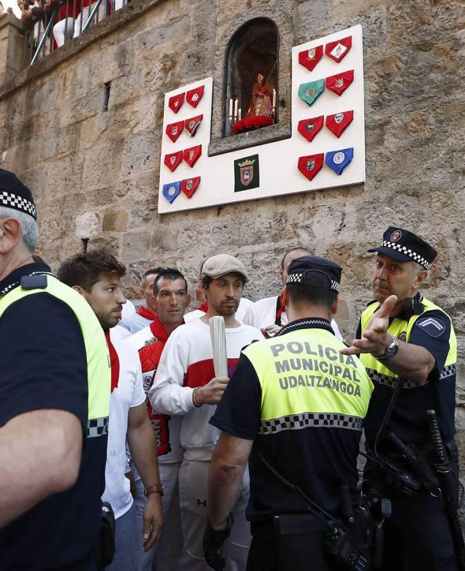 La Policía Municipal comprueban que los corredores no lleven ningún objeto peligroso antes de Sanfermines