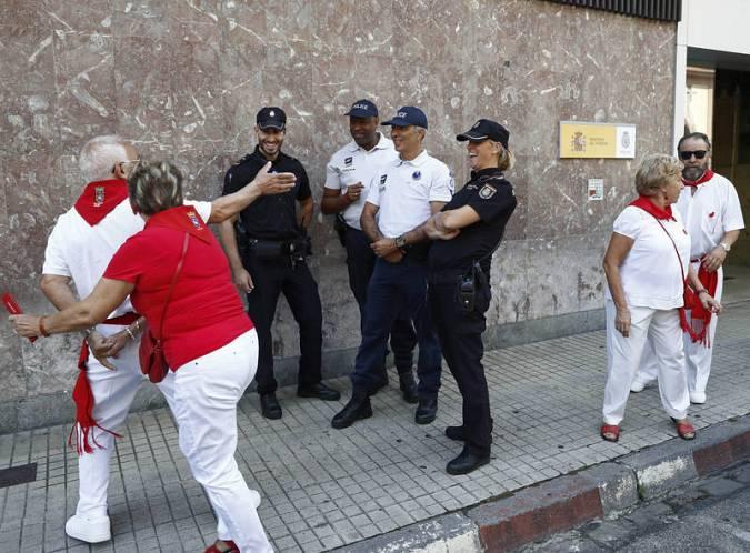 Policías frances patrullan junto a agentes españoles durante los Sanfermines