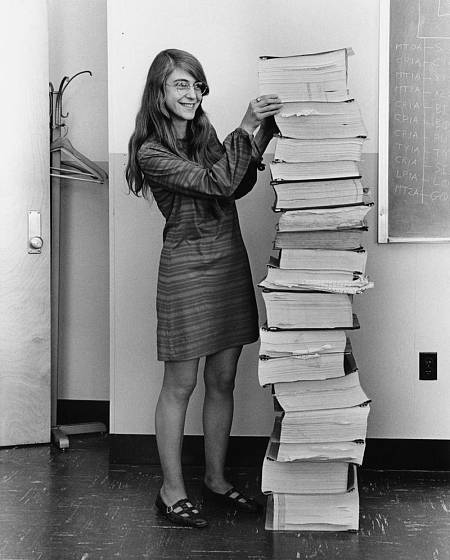 Margaret Hamilton sonríe frentea una montaña de código que ella misma había tecleado junto a su equipo para la misión Apolo 11.