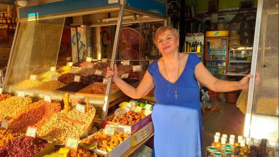 Miriam, en su puesto de frutos secos en el Mercado Central