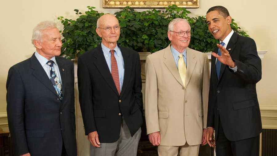Barack Obama con Buzz Aldrin, Michael Collins y Neil Armstrong, los astronautas del Apolo 11, en 2009