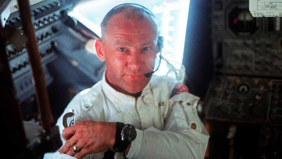 Edwin 'Buzz' Aldrin, en el interior del módulo lunar del Apolo 11, durante la misión de alunizaje.