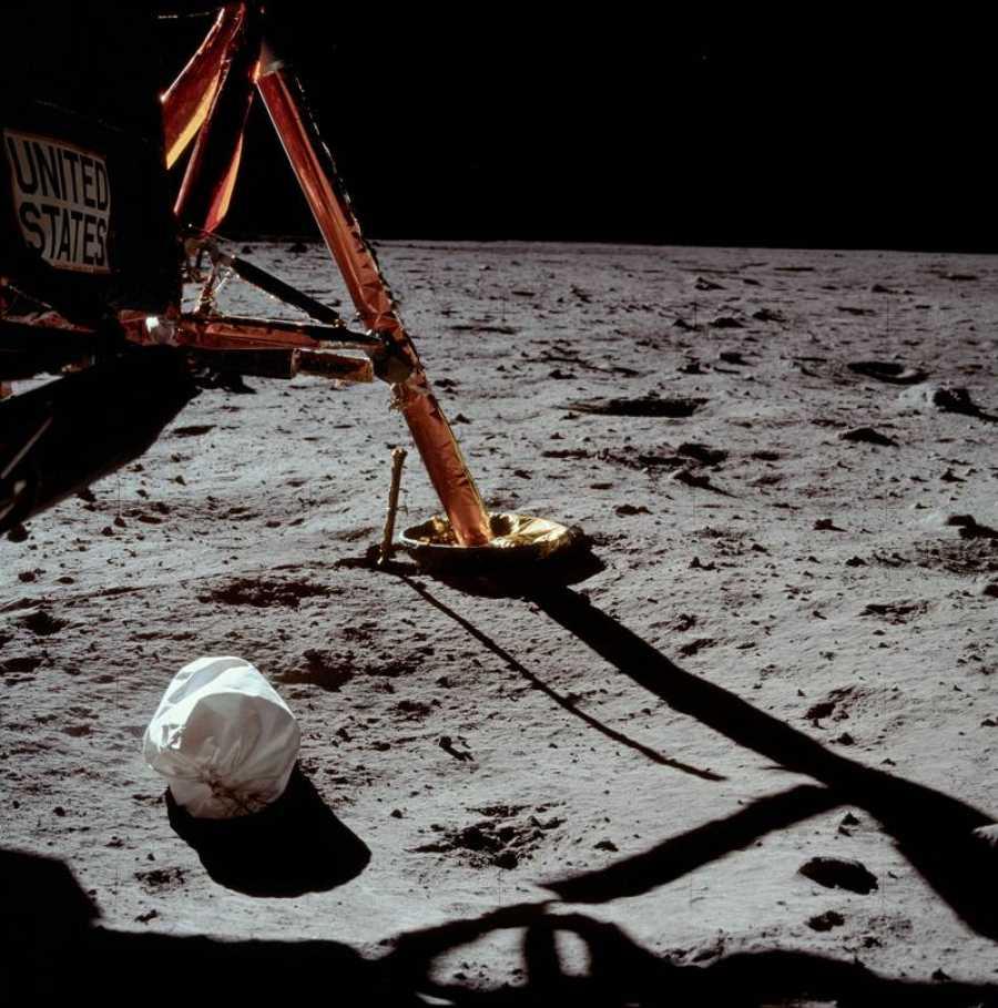La fotografía de Armstrong que mostró la bolsa de basura que tiraron sobre la superficie de la Luna.