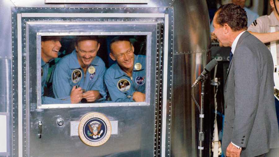 Los astronautas reciben la visita del presidente Richard Nixon mientras están en cuarentena en el portaaviones USS Hornet