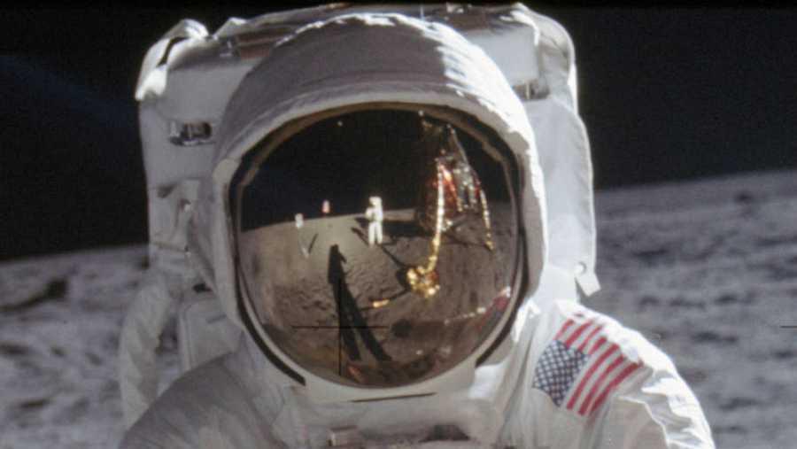 Detalle del reflejo del visor de 'Buzz' Aldrin, en el que se ve a Armstrong y como un pequeño punto en la parte superior, la Tierra.