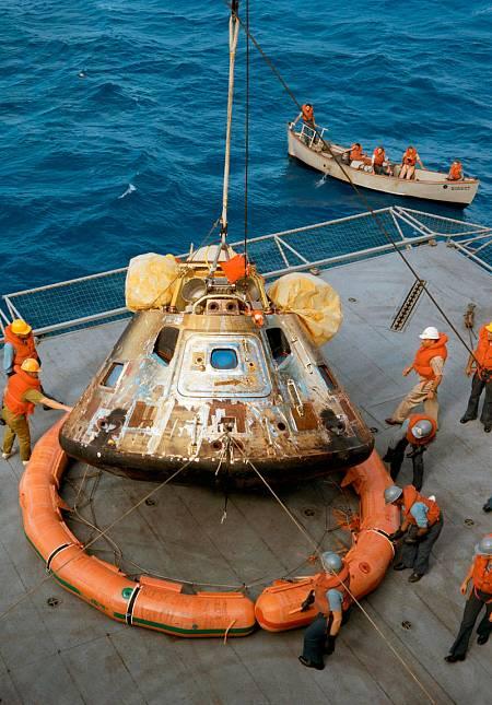 El módulo de mando de la Apolo 11 es depositado en la cubierta del USS Hornet.
