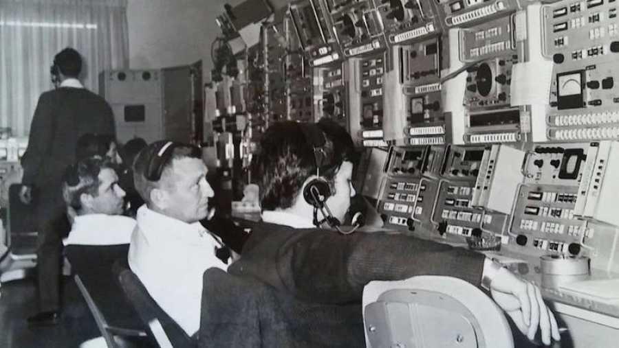 Carlos González Pintado, en primer plano, acompañado por técnicos estadounidenses.