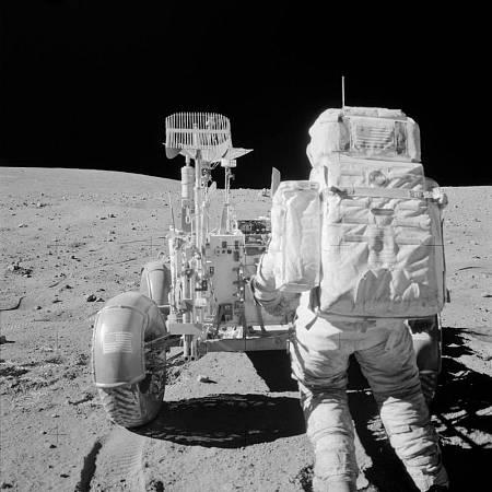 El astronauta John W. Young, comandante de la misión Apolo 16, en un momento de su actividad en la Luna.