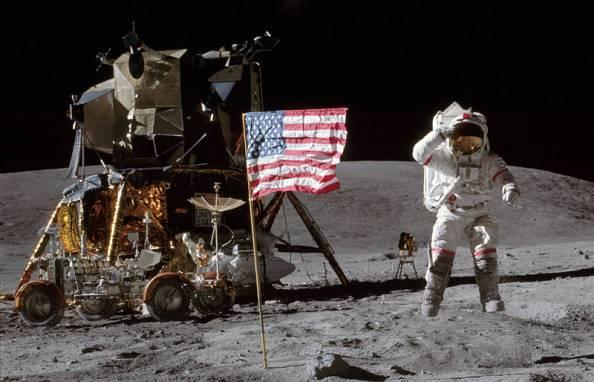 El astronauta John Young saluda a la bandera sobre la superficie lunar