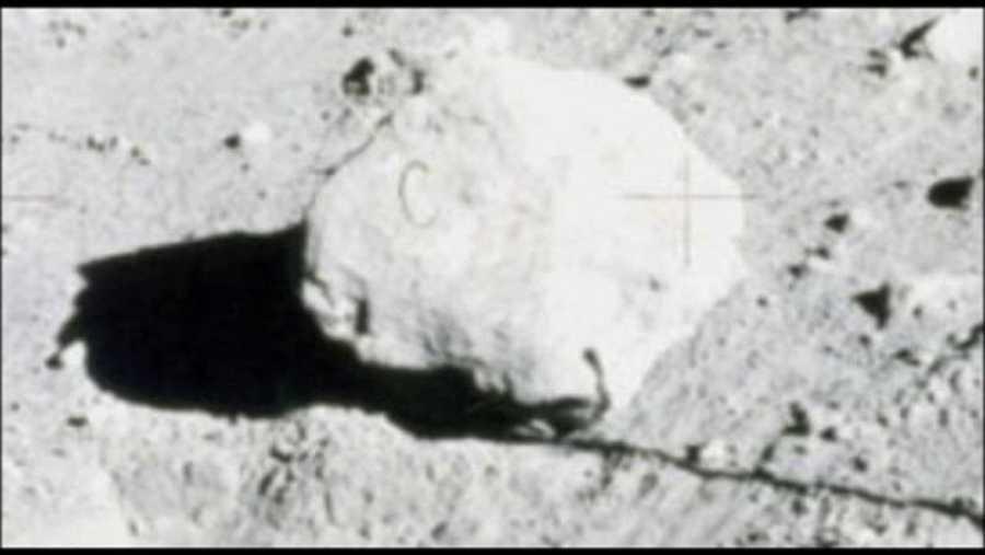 La supuesta 'C' sobre una roca lunar, fuente de teorías conspirativas.
