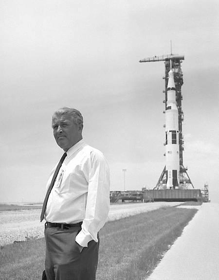 Wernher von Braun con el Saturno V de fondo, el cohete que lanzó al Apolo 11 al espacio.