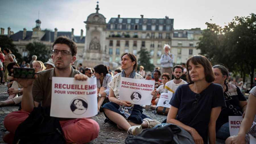 Un grupo de cristianos reza por la vida de Vincent Lambert, en estado vegetativo desde 2014, en la Place Saint Sulplice en París, Francia, el 10 de julio de 2019.
