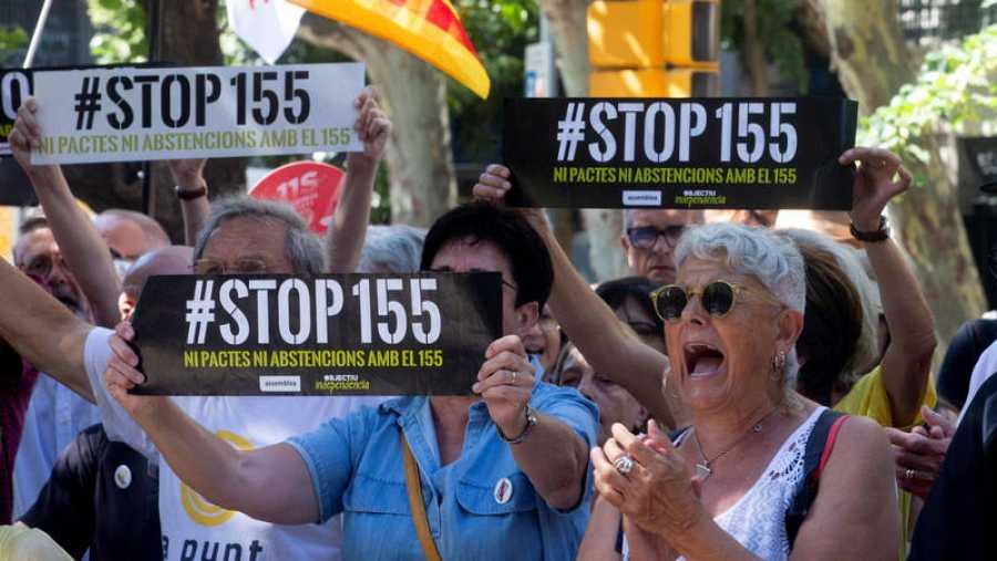 Simpatizantes independentistas protestan ante la Diputación de Barcelona por el apoyo de JxCAT al PSC