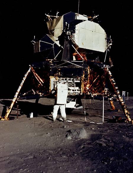 Armstrong trabaja junto al módulo Eagle, sobre la superficie lunar.