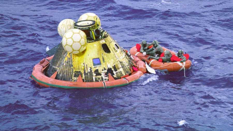 Momento del rescate del Apolo 11 en aguas del océano Pacífico.