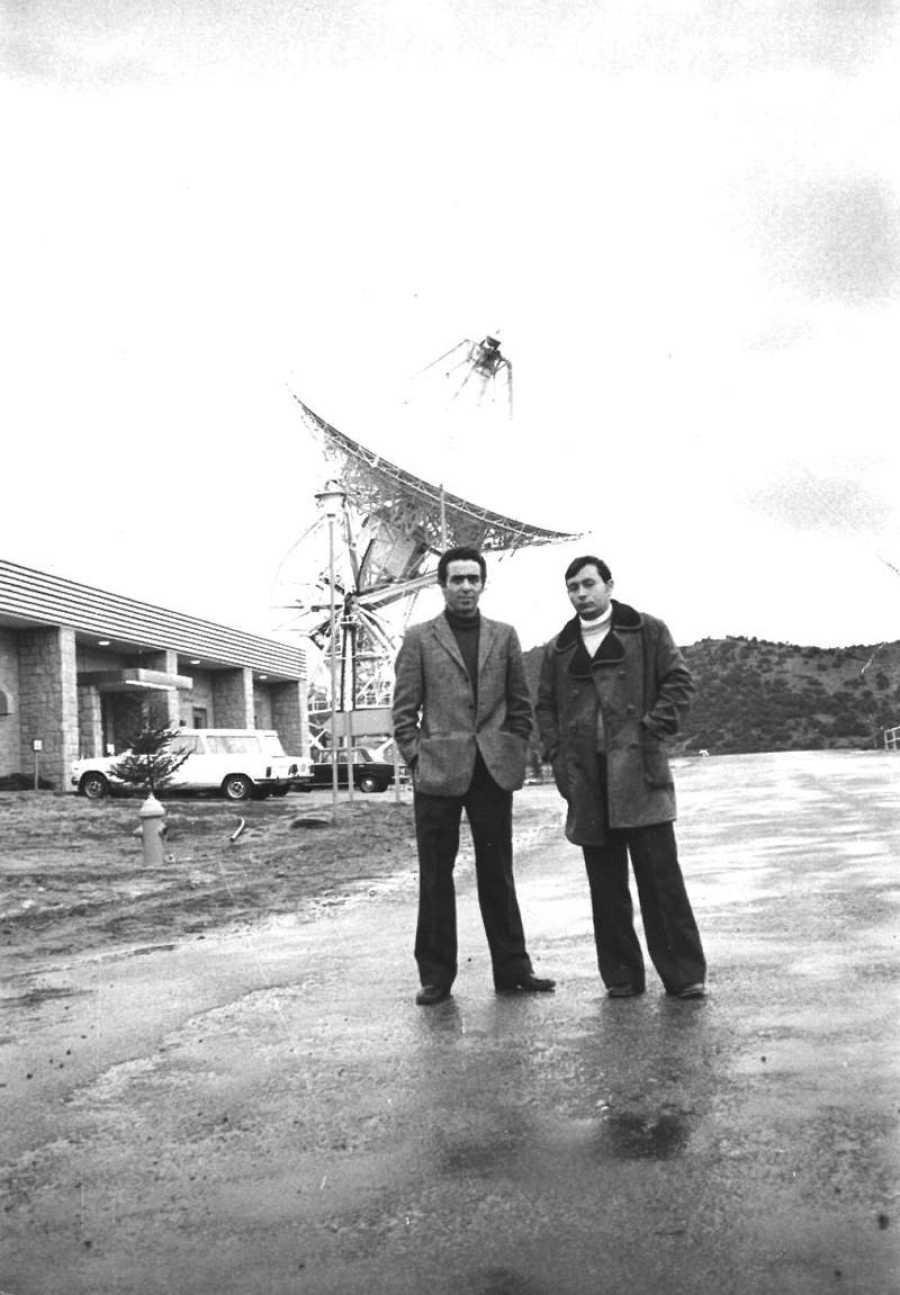 Saadia Levy y su compañero Rafael Armero delante de la antena de 26 metros de la Estación de Fresnedillas