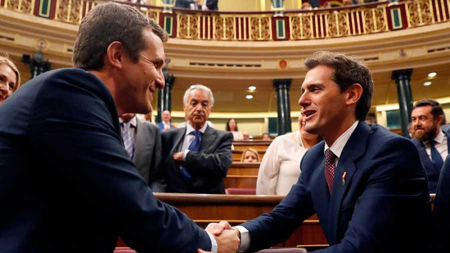 Casado y Rivera se saludan en el Congreso de los Diputados (EFE)