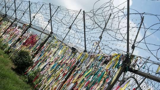 Lazos conmemorativos en una de las vallas de la frontera