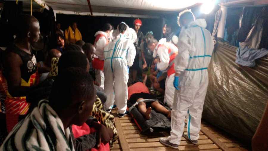 Imagen de la evacuación de una de las embarazadas rescatadas por el Open Arms
