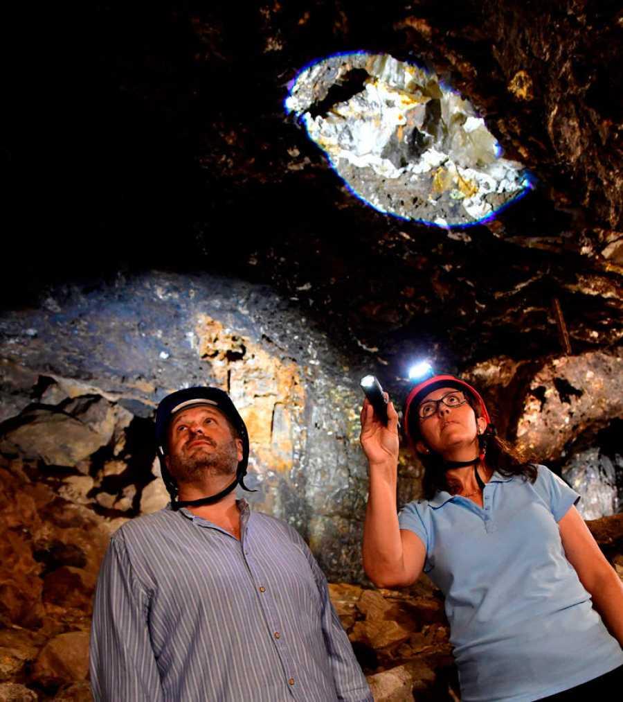 Visitantes en la Geoda gigante de Pulpí