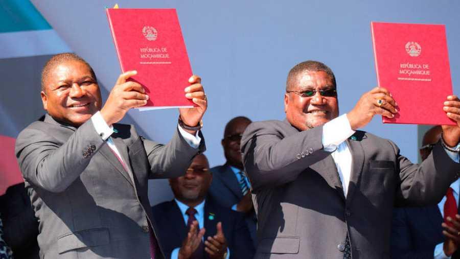 El presidente de Mozambique, Filipe Nyusi (izda.) y el líder de Renamo, Ossufo Momade (dcha.), muestran los documentos después de firmar el acuerdo para el cese de las hostilidades