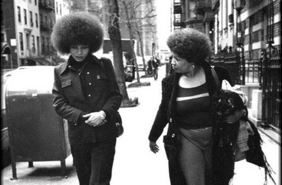 Toni Morrison andando con Angela Davis, 18 de marzo de 1974