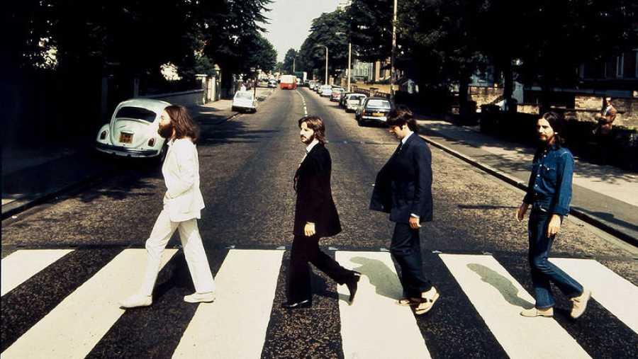 Imagen de los Beatles cruzando Abbey Road en sentido contrario.