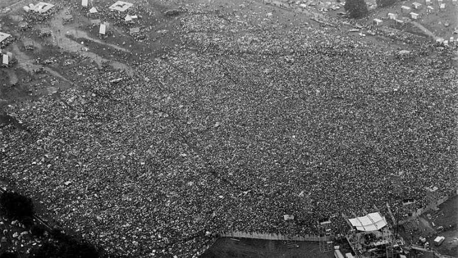 Imagen aérea de la multitud que abarrotó el festival de Woodstock.