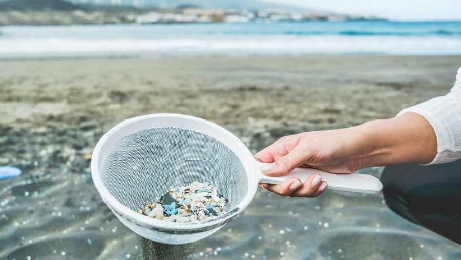 Se estima que entre el 2% y el 5% de todos los plásticos fabricados termina en los océanos.